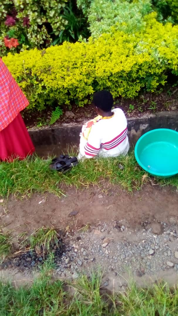 Kisoro woman delivers on road-side amid public transport ban